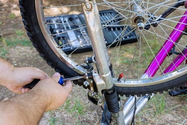 바퀴에 자전거 기어를 조립하거나 조정하는 정비사