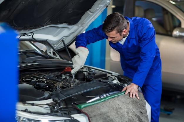 車のエンジンを保守整備士