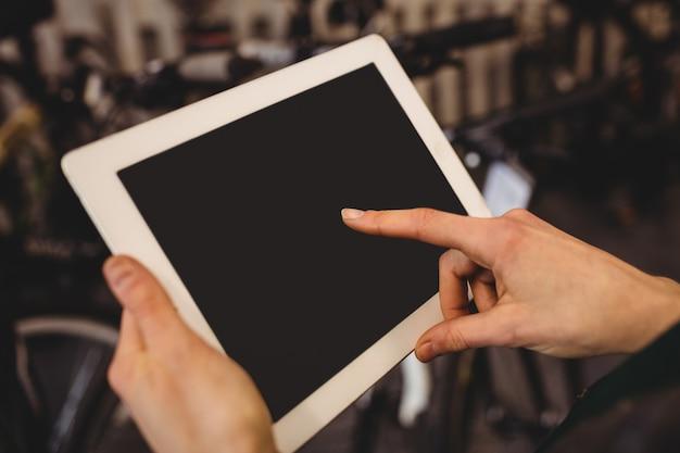 Механик с помощью цифровой планшет