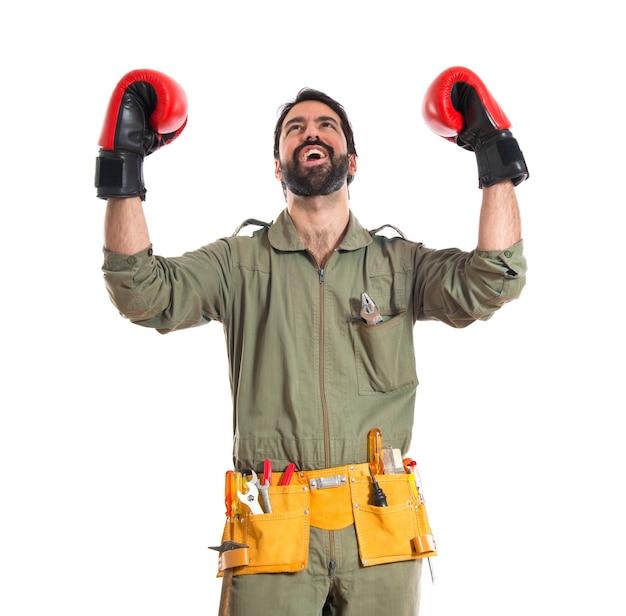 Meccanico con guanti di pugilato