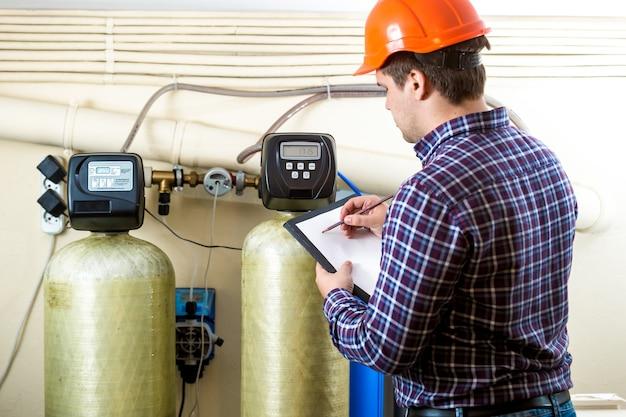 工場で産業機器の作業をチェックする整備士