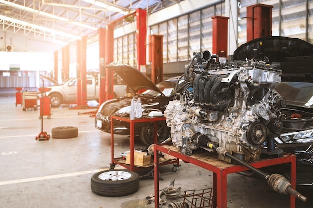バックグラウンドでソフトフォーカスとオーバーライトを使用したメカニック作業車のメンテナンス