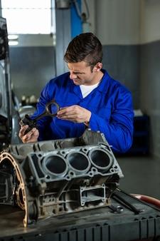 Механик рабочего на двигателе