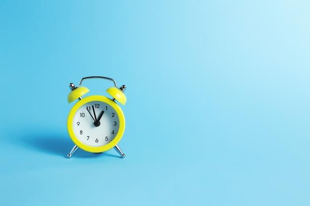 파란색 배경에 기계식 알람 시계입니다. 고품질 사진