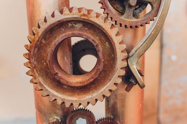 시계 기어 녹으로 만든 기계적 콜라주입니다.