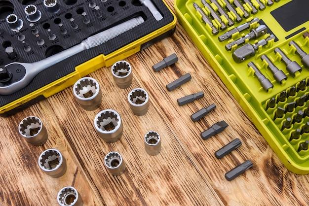 木製のテーブルの機械工具をクローズアップ