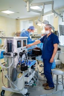 機械的換気装置。結果を表示します。肺炎の診断。酸素による肺の換気。 covid-19およびコロナウイルスの同定。パンデミック。