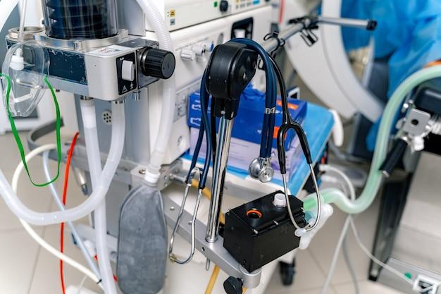 機械的換気装置。酸素による肺の換気。操作のための機器。聴診器が肺換気装置にぶら下がっています。セレクティブフォーカス。