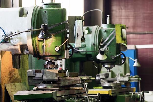 기계식 수직 밀링 머신. 금속 가공 공장 쇼핑.