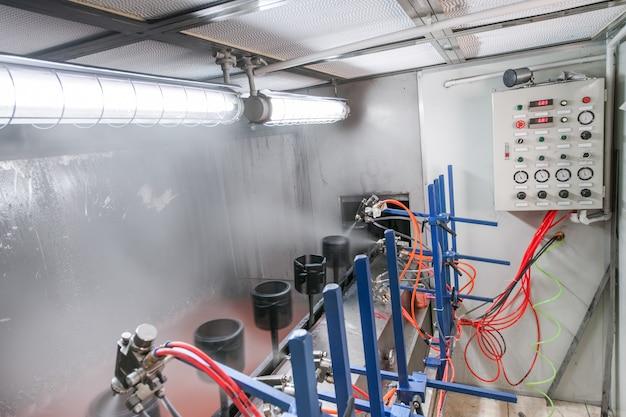 스프레이 병을 통해 컨베이어 벨트에 세부 사항을 그리는 기계 작업장