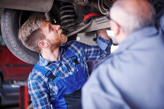 ワークショップで車を修理する整備士 無料写真