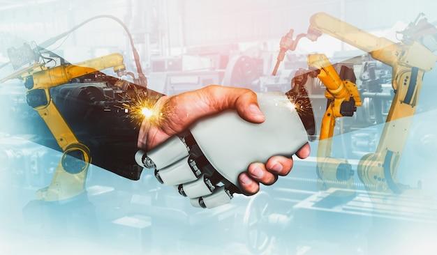 機械化された産業用ロボットと将来の工場で一緒に働く人間の労働者