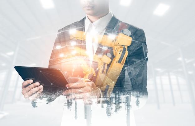기계화 산업 로봇 팔 및 공장 작업자 이중 노출