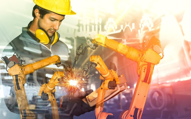 Механизированная промышленная роботизированная рука и заводской рабочий с двойной экспозицией