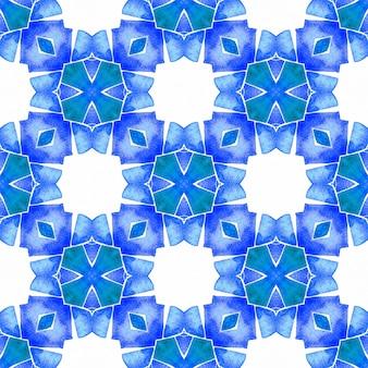 メダリオンシームレスパターン。ブルーの魅惑的な自由奔放に生きるシックな夏のデザイン。テキスタイル対応の珍しいプリント、水着生地、壁紙、ラッピング。水彩メダリオンシームレスボーダー。