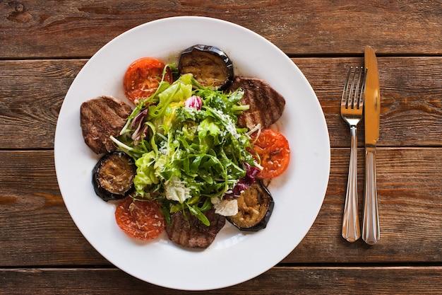 접시에 구운 야채와 함께 메달.