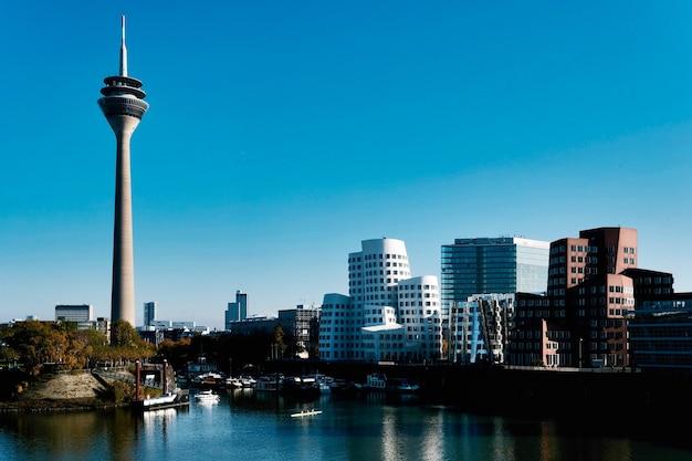 Медиа-гавань со знаменитой рейнской башней в дюссельдорфе, германия