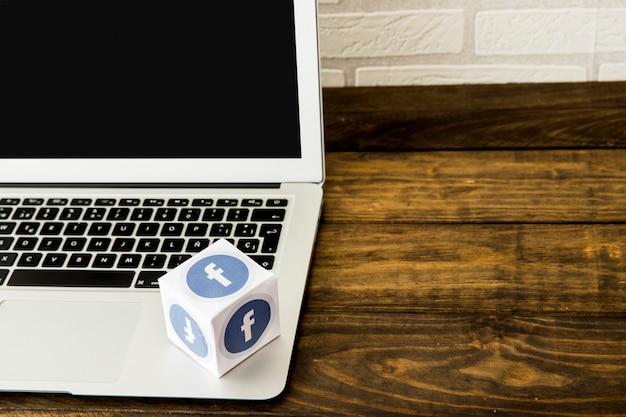 나무 테이블 위에 노트북에 미디어 아이콘