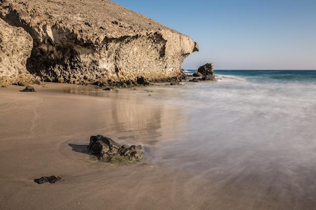 Spiaggia media luna, san jose, parco naturale di cabo de gata, spagna