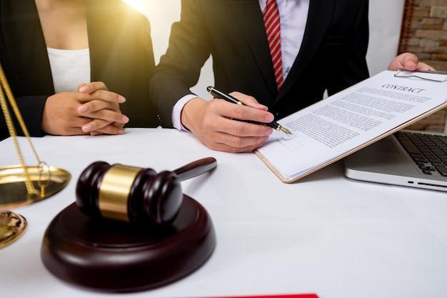 調停クライアント会議弁護士コンサルティング政府の助け、ビジネスマンと男性の弁護士または裁判官は、クライアントとのチーム会議、法律および法律サービスの概念を持って相談します。