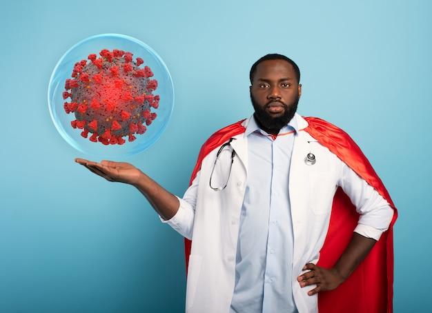 スーパーヒーローのようなメディックは、covid19コロナウイルスのパンデミックを阻止する解決策を見つけました。青色背景