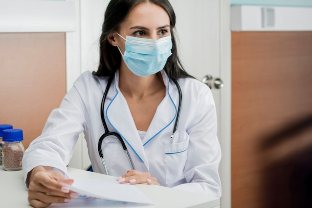 Medic in mask with papers Premium Photo