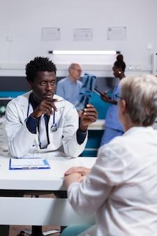 엑스레이 스캔을 들고 아프리카계 미국인 민족의 위생병