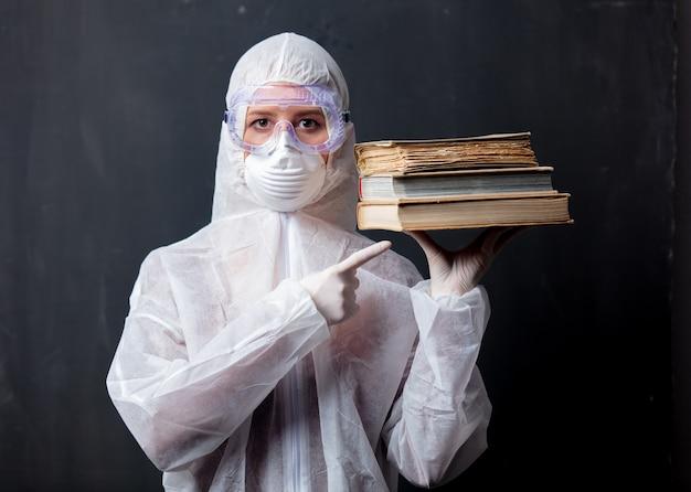 Медик женщина носит защитную одежду от вируса с книгами