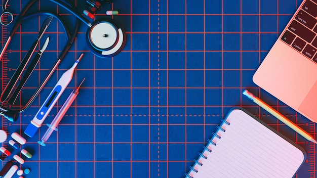 製品の周りのコピースペースと青色の背景に医療用アクセサリー。