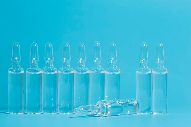 Медицинские ампулы с вакциной. медицина от болезней или медицина для концепции здоровья.