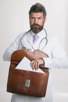 Концепция медицины и здравоохранения. врач-мужчина со стетоскопом и портфелем в больнице.