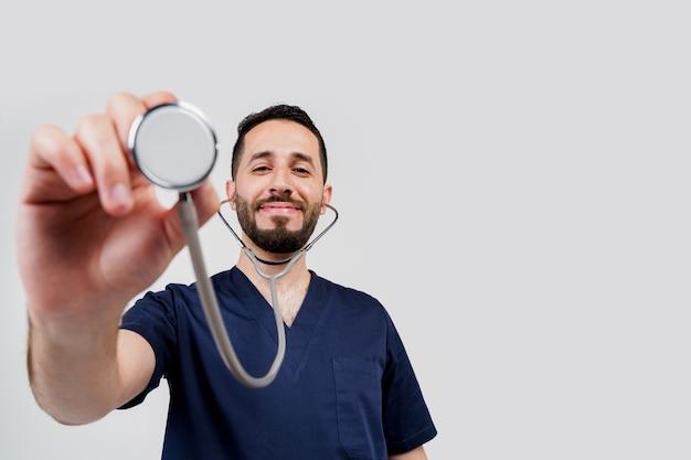 医療アラビアの学生は、患者に聴診を行います。医師は聴診にフォン内視鏡を使用します。