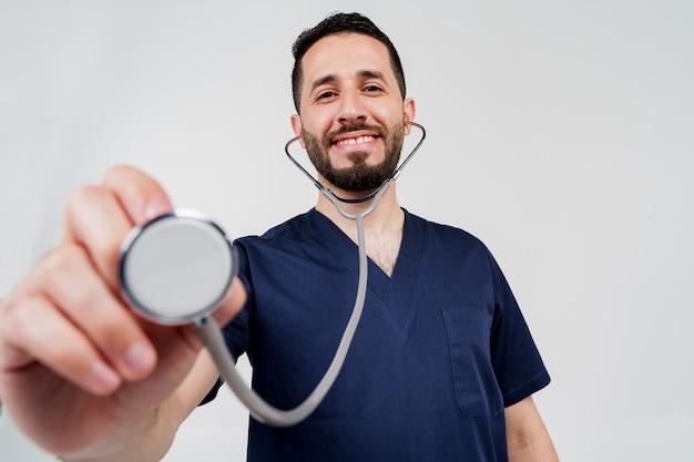 医療アラビアの学生は、患者に聴診を行います。