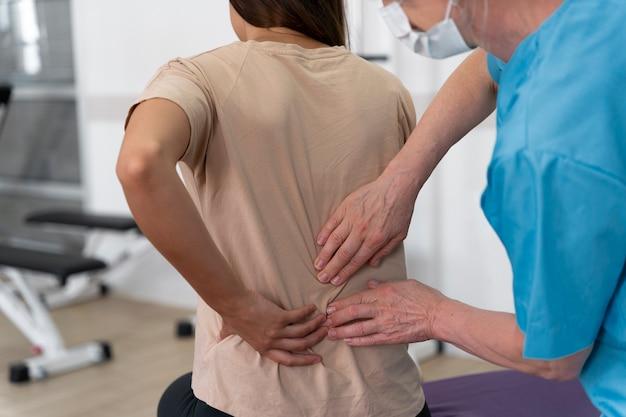 Assistente medico che aiuta il paziente con esercizi di fisioterapia