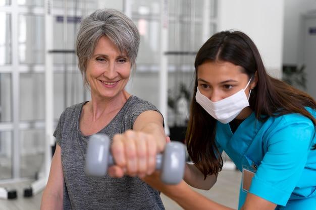 理学療法の練習で患者を助ける医療助手