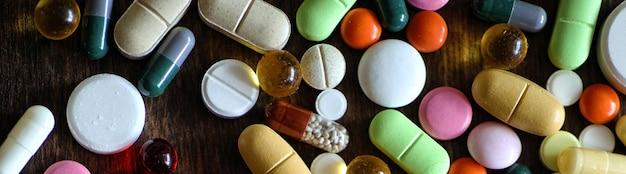 질감 있는 나무에 다양한 다채로운 약물의 의료 배경