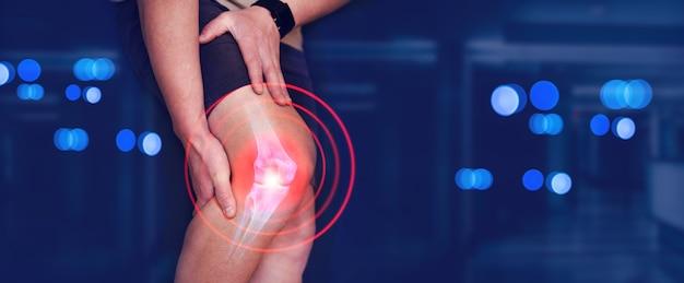 医療バナー人間の足のデジタル骨膝の痛みに苦しんでいる男性