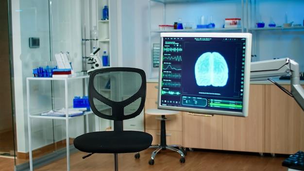 Фильм о медицинском сканировании мозга, показывающий на мониторе в медицинской клинике неврологии
