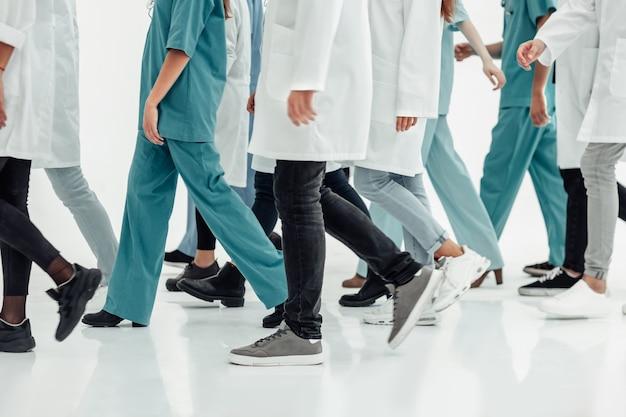 一緒に立っている医療センターのスタッフ