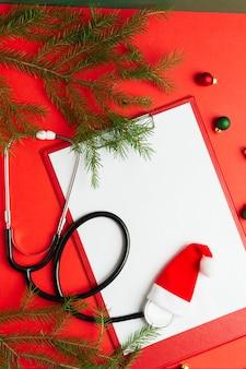 백서와 청진 기 빈 클립보드와 의료 크리스마스 개념