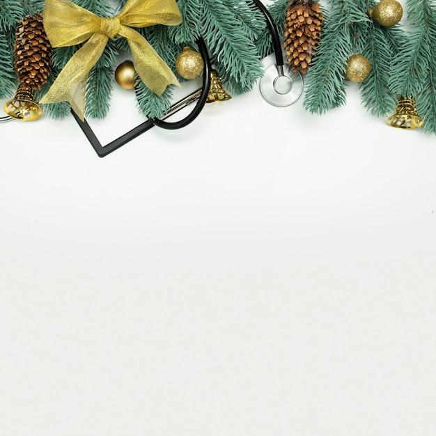 クリップボードと聴診器を備えた医療クリスマスフラットレイコピースペース