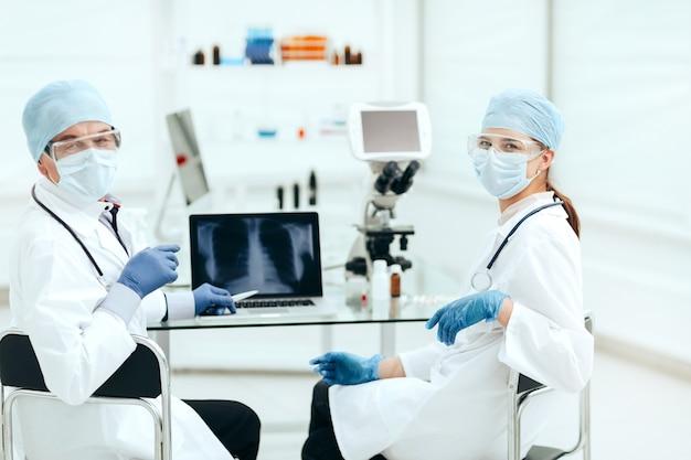研究室のテーブルに座っている医療関係者