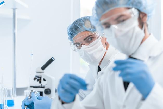 Коллеги-медики работают в лаборатории.