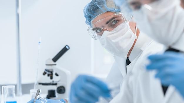 의료 동료는 실험실에서 작동합니다.