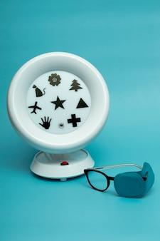 医療コンセプトambliopanoramaは網膜刺激トレーナーです。色付きの背景にメガネ。弱視のハードウェア治療。子供と大人の視力の治療。