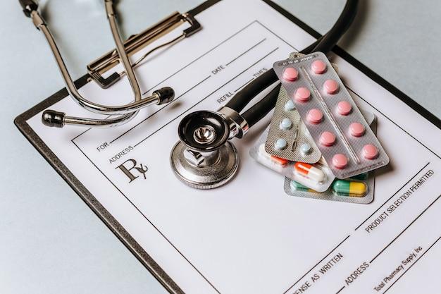 의료 개념 평면 의사 바탕 화면에 청진 기, 알 약, 메모장 누워
