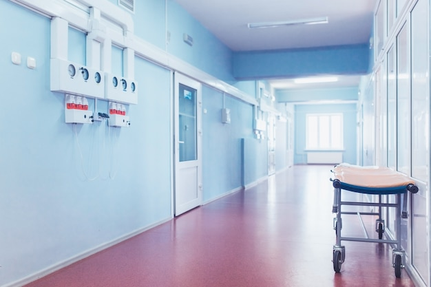 医療コンセプト。部屋のある病院の廊下。
