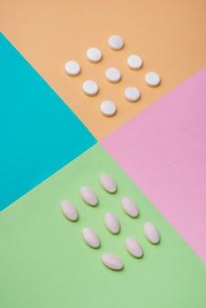 Медицинская концепция. таблетки медицины на красочном фоне.