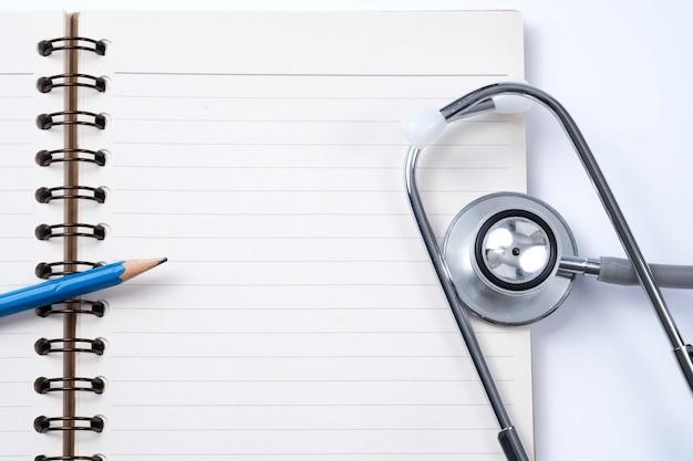 의료 개념 : 청진 기, 참고도 서 및 연필 흰색 배경