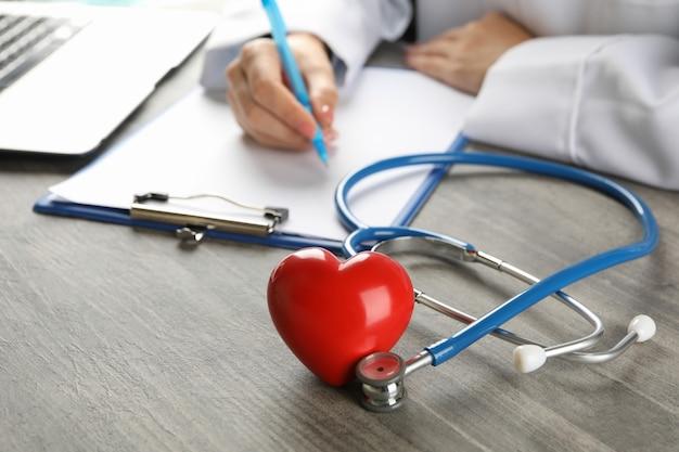 Медицинская концепция с врачом, стетоскопом и сердцем
